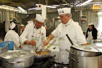 Preparazione dei piatti da parte dello chef alla Sagra della Seppia